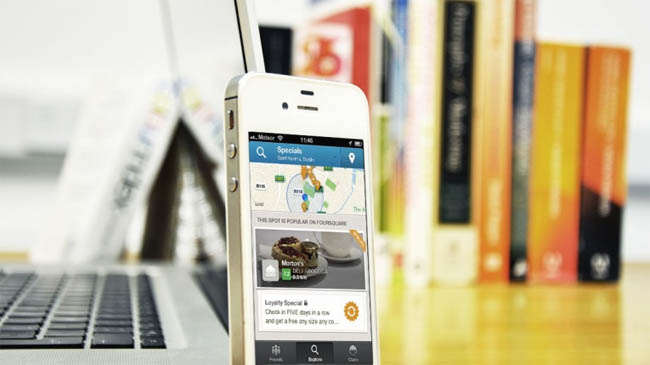 Telefone com aplicativo Foursquare