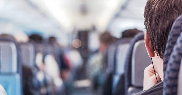 Homem sentado em avião