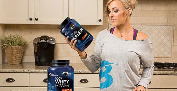 Rapariga com balde de proteína